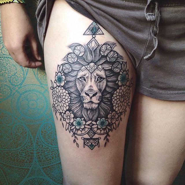 Tatuagem de Leão entre as flores na perna, inspire-se