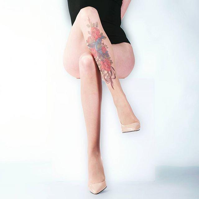 Uma bela tatuagem de flores na canela, mostrando a sofisticação e a sensualidade feminina