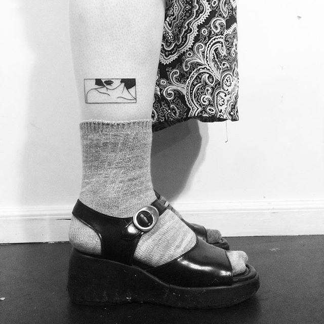 Uma tatuagem empoderando as curvas femininas