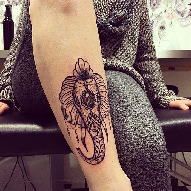 Tatuagem de elefante na perna, símbolo muito respeitado na Índia