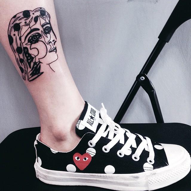 Tatuagem surrealista: rosto desconstruído
