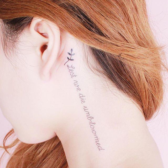 Tatuagem delicada atrás da orelha com frase em inglês. São muito delicadas e possuem sempre um significado especial para quem tatua.