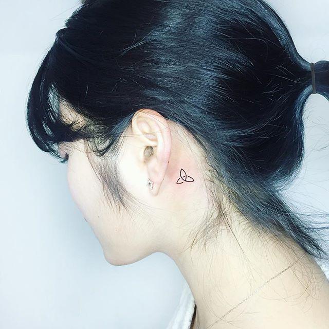 Simples, pequena e delicada, essa tatuagem atrás da orelha é um charme.