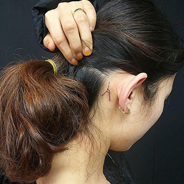 Tatuagem de constelação atrás da orelha, simples e discreta.