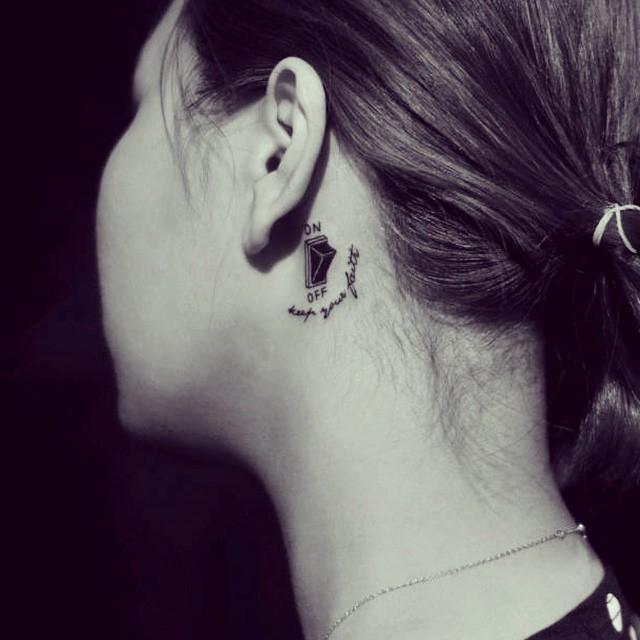 Vamos filtrar o que escutamos - tatuagem feminina atrás da orelha com motivo divertido - um botão de liga e desliga.