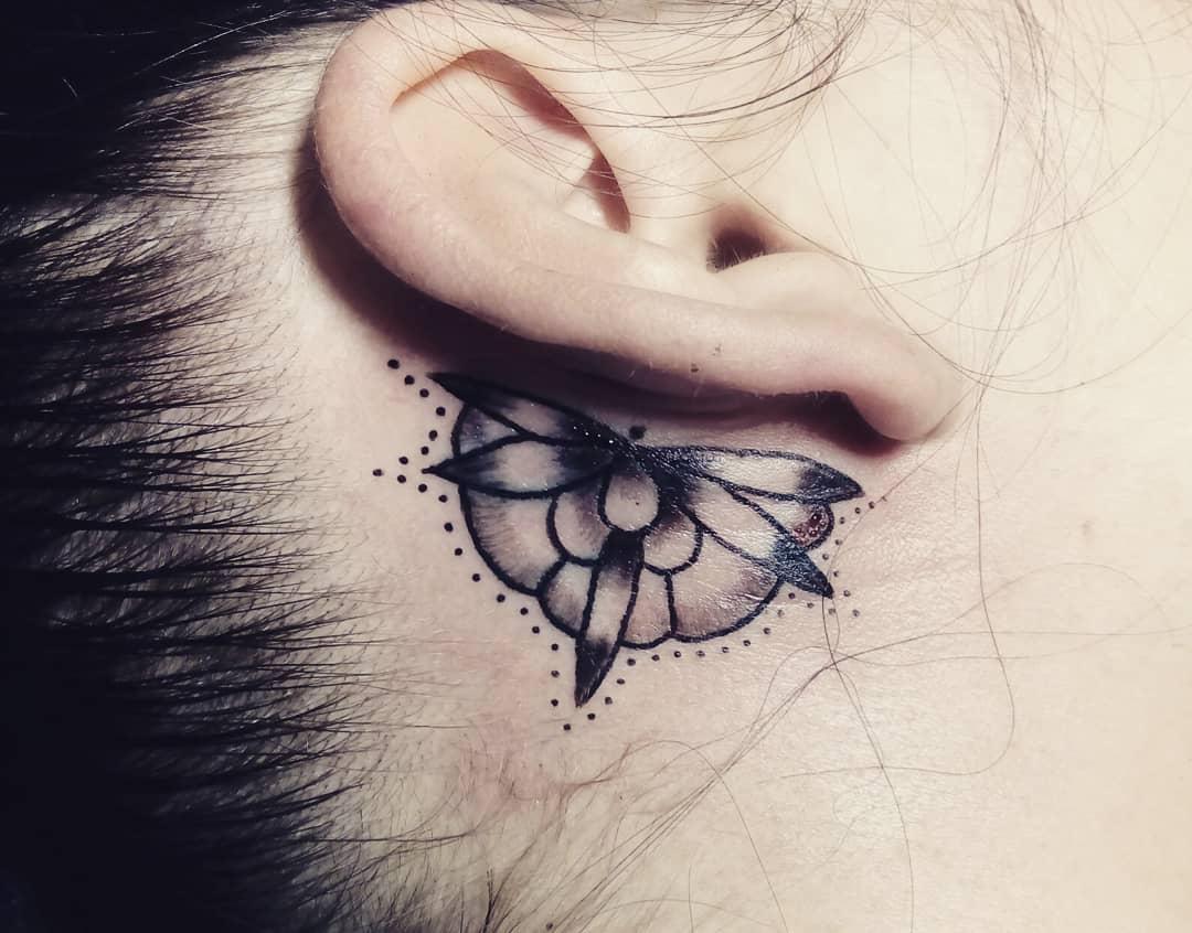 Libélula atrás da orelha, ficou linda e delicada.