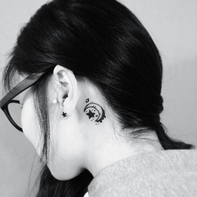 Linda e delicada tatuagem feminina atrás da orelha.