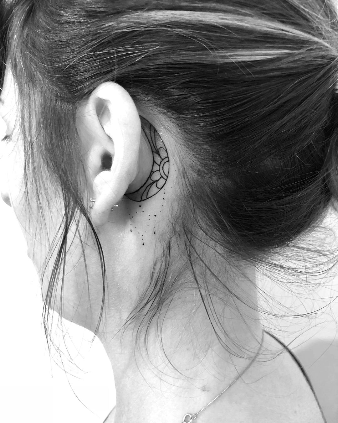 Linda Lua tatuada atrás da orelha. Discreta e feminina.