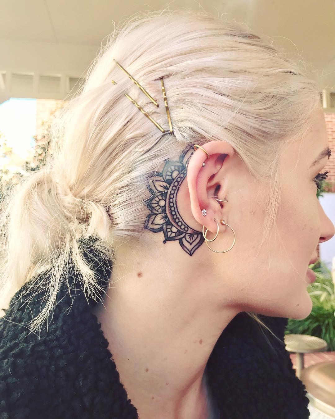 Linda mandala tatuada atrás da orelha, muito delicada e charmosa.