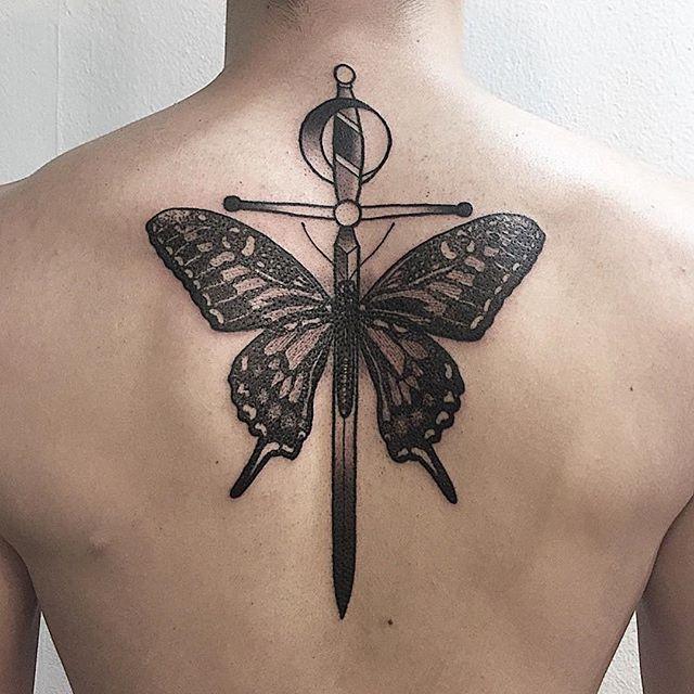Tatuagem masculina nas costas: A borboleta com a espada, uma mescla de simbolismo com metamorfose