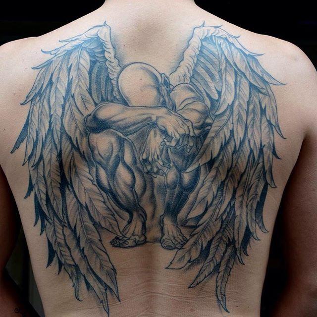 Trabalho em toda as costas com asas: Tatuagem totalmente detalhada