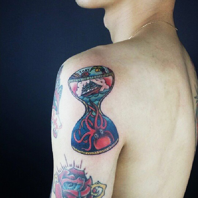 De asas a sua imaginação e misture os desenhos e as cores para uma tatuagem de respeito