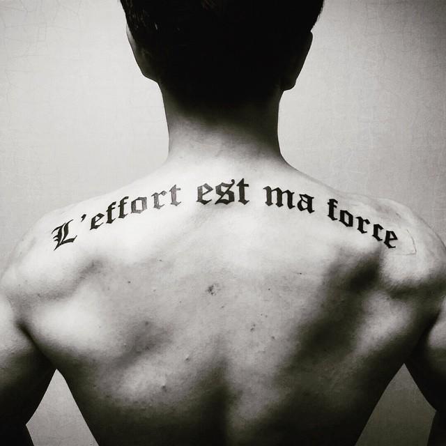 Tatuagem de frases nas costas: ''O estresse é minha força''