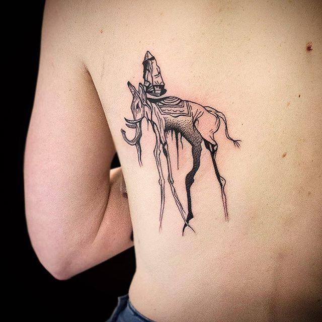 O deserto! Obra de arte como tatuagem nas costas masculinas
