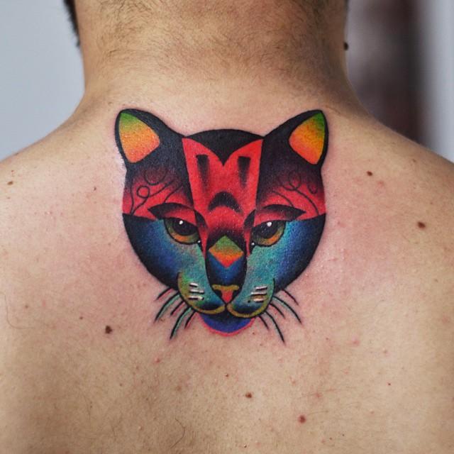 Tatuagem nas costas masculino: Desenho de gato trabalhado com cores fortes e desenhos geométricos