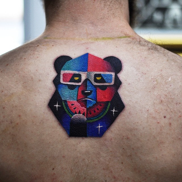 Tatuagem masculina de Urso em 3 dimensões comendo melancia!