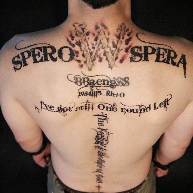Para quem gosta de frases, não há problema algum tatuar várias frases pelas costas.