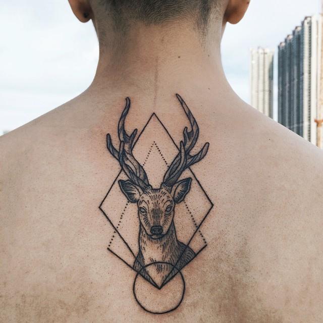 Tatuagem de alce em pontilhismo e formas geométricas