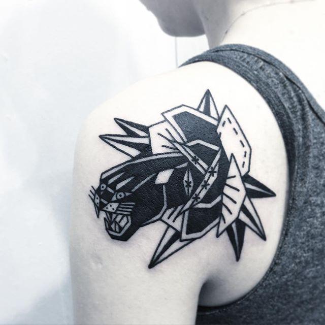 Tatuagem de onça em blackwork: Representando toda força e inteligência