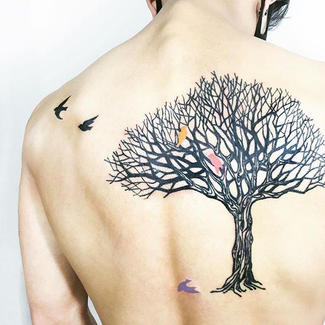 Tatuagem de árvore com galhos secos, representa pessoas espontâneas