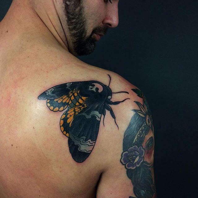 Use cores que dão o contraste para uma tatuagem de grande estilo