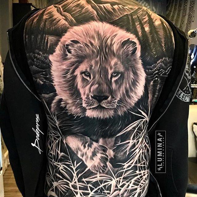 Tatuagem masculina de leão nas costas: Como o leão é considerado o rei da selva, seu significado é de poder e realeza