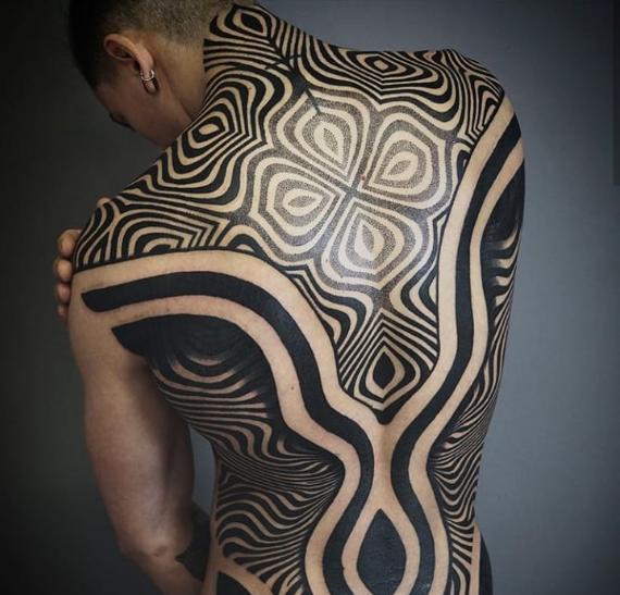 Para quem procura tatuagens nas costas com riscos mais grossos e em formas abstratas, essa opção é muito interessante!
