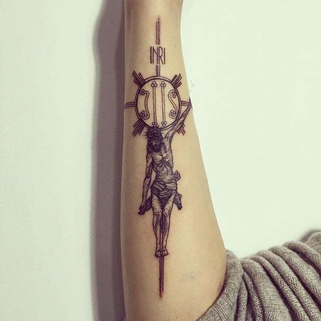 Total devoção e crença: Tatuagem de Jesus na cruz