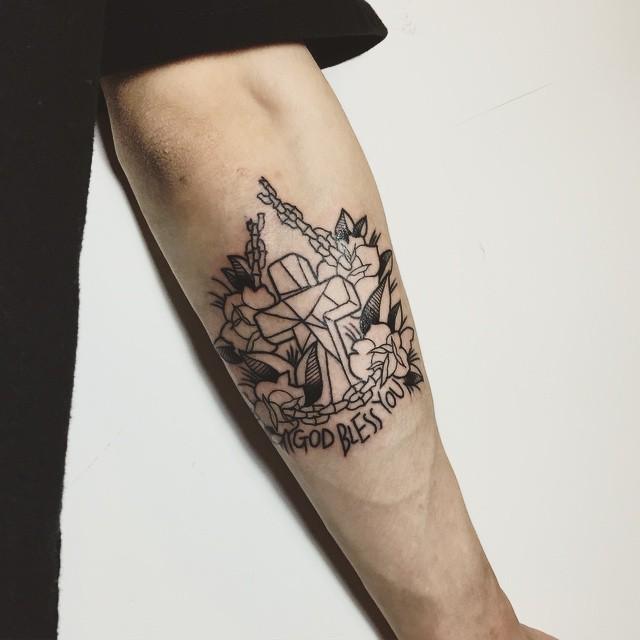 Tatuagem geométrica com flores e correntes