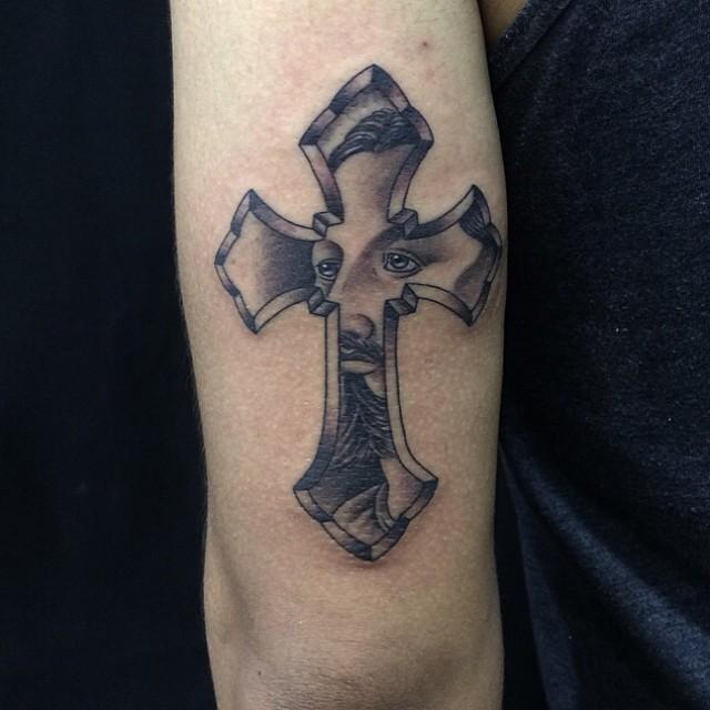 Tatuagem de cruz com desenho de jesus cristo dentro para quem procura algo marcante