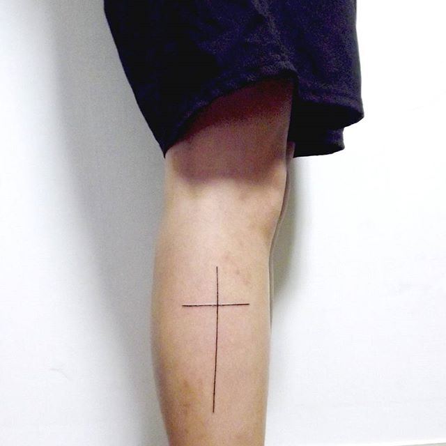 Tatuagem de cruz fina na perna para ambos sexos