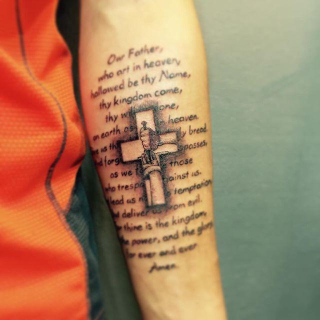 Tatuagem de oração com cruz : Algo de extremo impacto para quem a admira