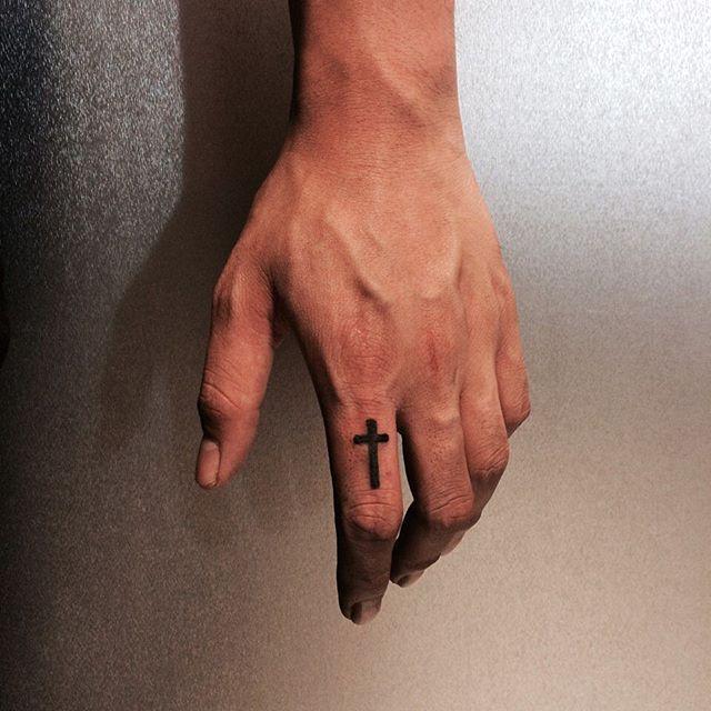 Tatuagem de cruz no dedo: Muito comum entre ambos sexos e em celebridades