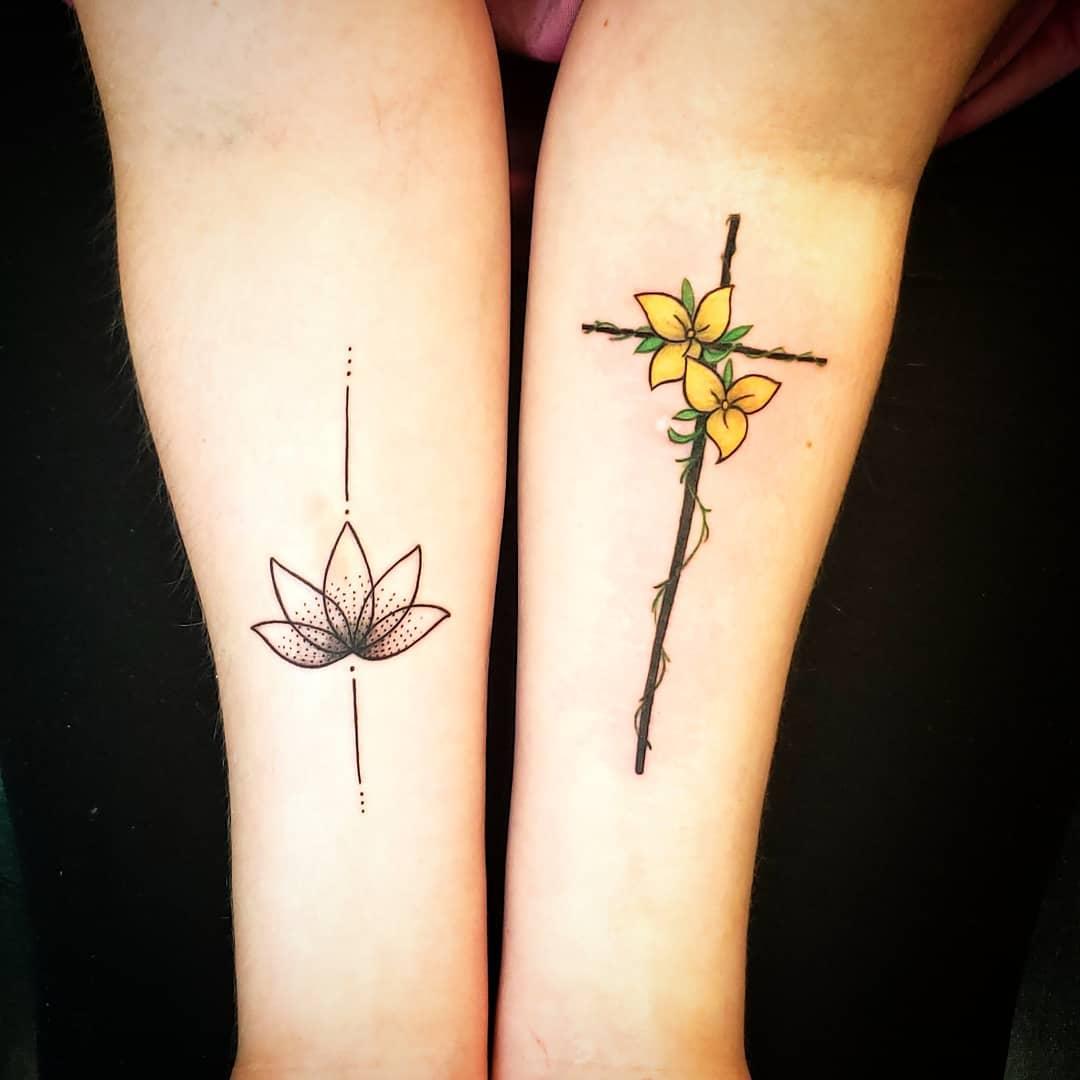 Tatuagem de cruz no braço com flores: Sugestiva fazer com amigos também simbolizando a amizade