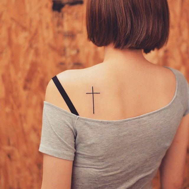 Tatuagem de cruz fina nas costas