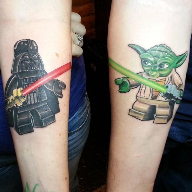 Outra Tatuagem de Lego Casal, essa é para quem ama as pecinhas coloridas e Star Wars e quer homenagear os dois ao mesmo tempo.