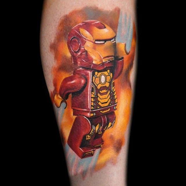 E o Iron Man também virou um boneco Lego nesse desenho de tatuagem.