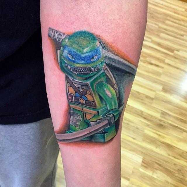 E o Leonardo, líder das Tartarugas Ninjas também virou uma divertida tatuagem de boneco Lego.