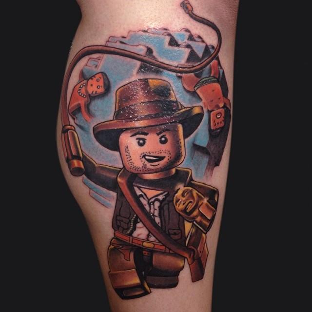 Tatuagem Boneco de Lego - inspirado no filme de Indiana Jones e no jogo Lego do mesmo personagem.