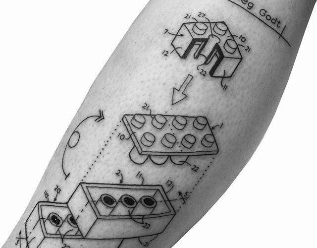 Elaborado desenho de tatuagem de Lego inspirado na geometria e nas ciências, para quem vê muito mais que apenas diversão no Lego.