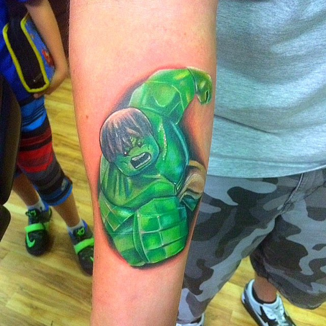 E Hulk também virou uma linda tatuagem de bonequinho Lego.