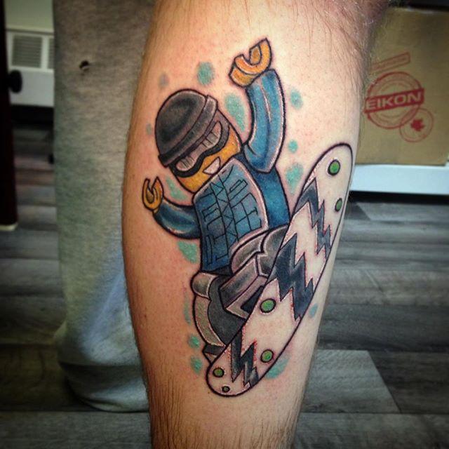 Para os radicais - tatuagem de boneco Lego andando de skate.