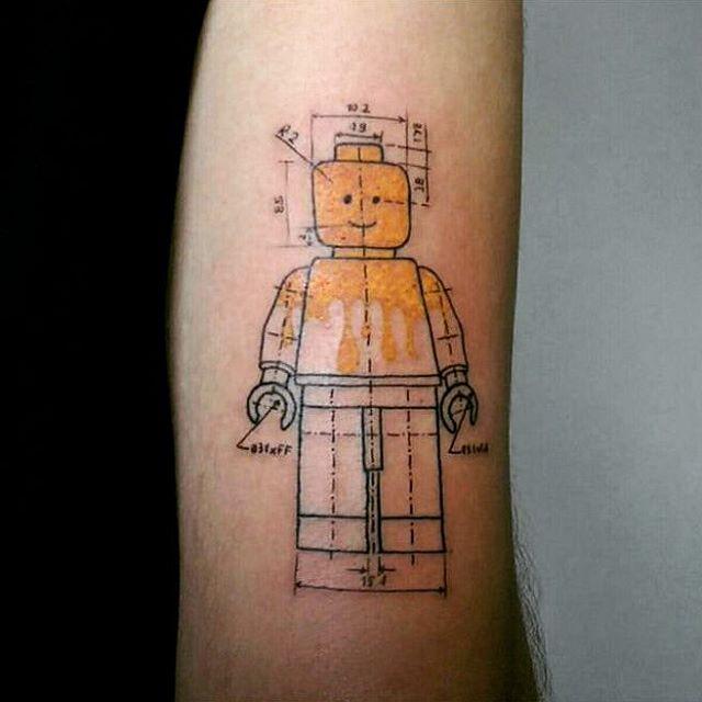 Outra tatuagem de Lego inspirada na geometria e na utilidade científica das pecinhas coloridas.