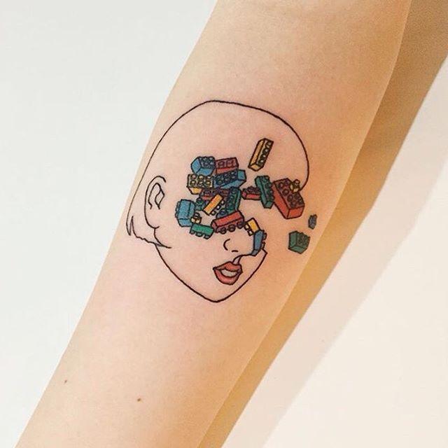 Às vezes nossos pensamentos se constroem como o lego - Criativa tatuagem de Lego.