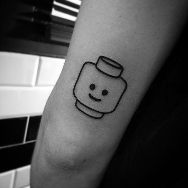 Desenho de tatuagem de Lego simples, para quem não quer algo muito chamativo.