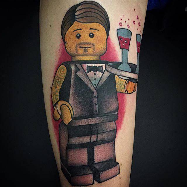Boneco de lego garçom.
