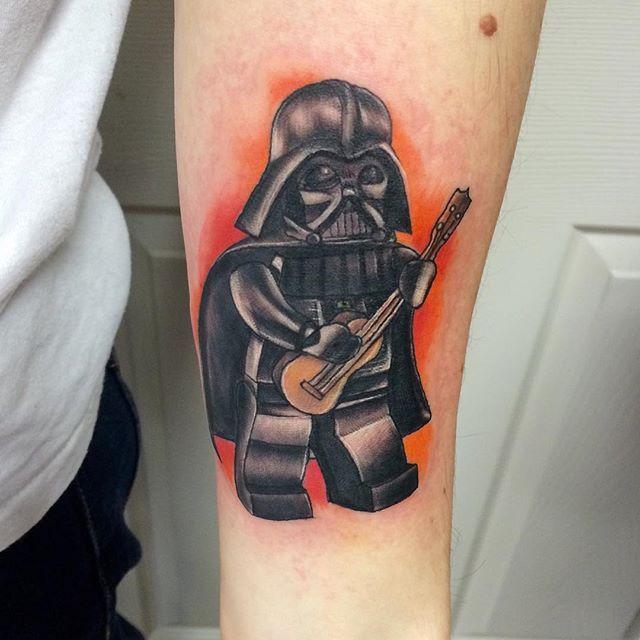 Tatuagem lego para quem é fã de Lego, Música e Star Wars.