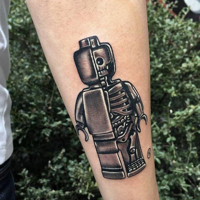 Metade Lego, metade esqueleto - tatuagem divertida!