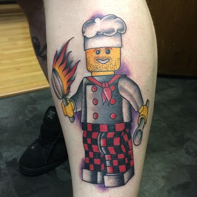 Tatuagem de Bonequinho de Lego Cozinheiro, para inspirar os fãs mais tradicionais.