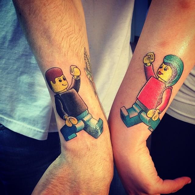 Tatuagem de Lego Casal - Para quem quer marcar a paixão tanto pelas pecinhas, como pela pessoa amada.